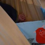 Selbst genähte Federwiege mit Baby