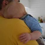 müdes Baby mit Papa, Henne Strand, Dänemark