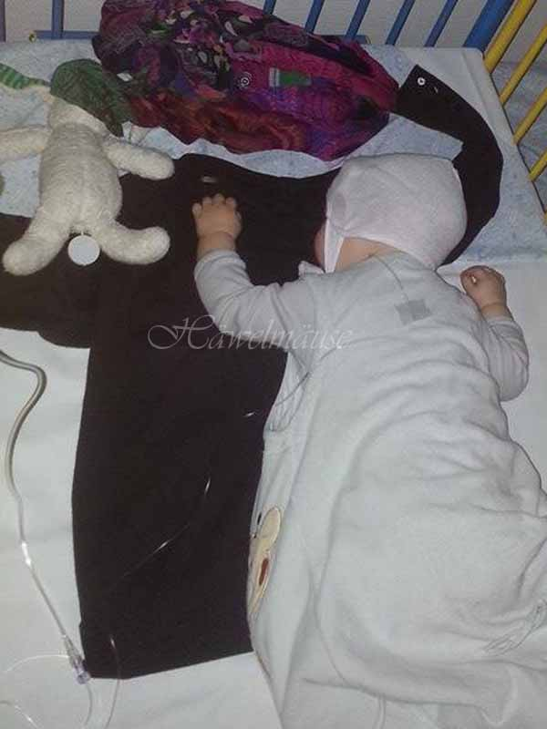 Baby schläft im Krankenhaus