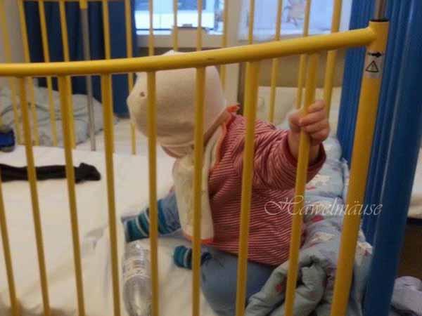 Baby spielt im Krankenhaus