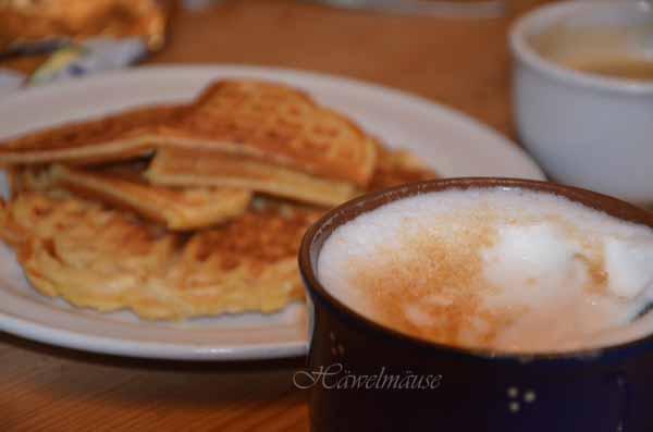Waffeln und Milchkaffee