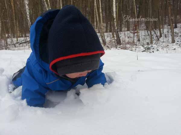 Baby kostet Schnee