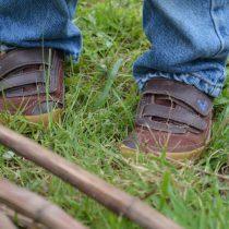 Im-Garten-unterwegs-Unser-Kleiner-mit-seinen-Vivobarefoot-Renos-2